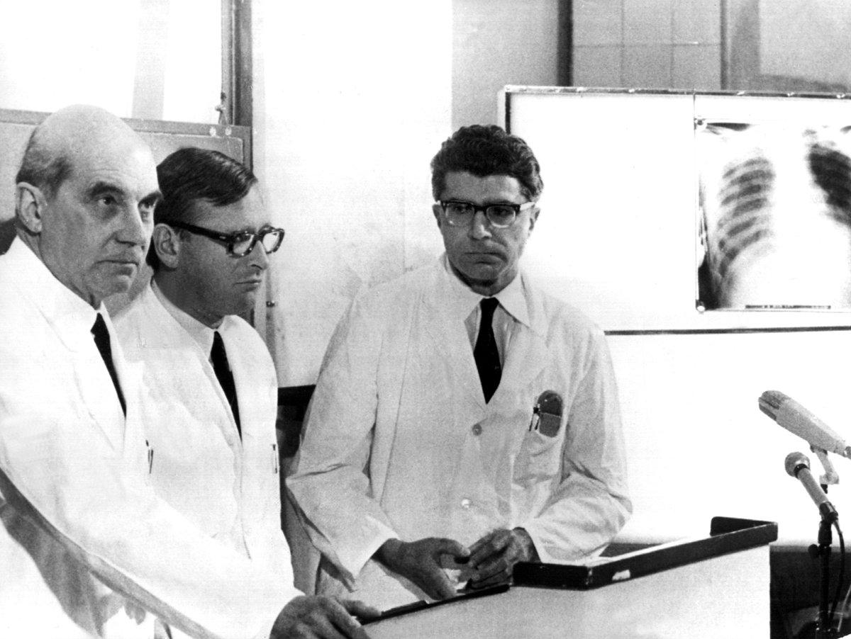 Medizin+elektronik meets Guido Knopp: Auch in der Medizingeschichte gibt es Ereignisse, die auch nach 50 Jahren noch nachhallen, zum Beispiel die erste in Deutschland durchgeführte Herztransplantation https://goo.gl/xrZiSc #History #medizin #hearttransplant #GuidoKnopp Bild:dpa