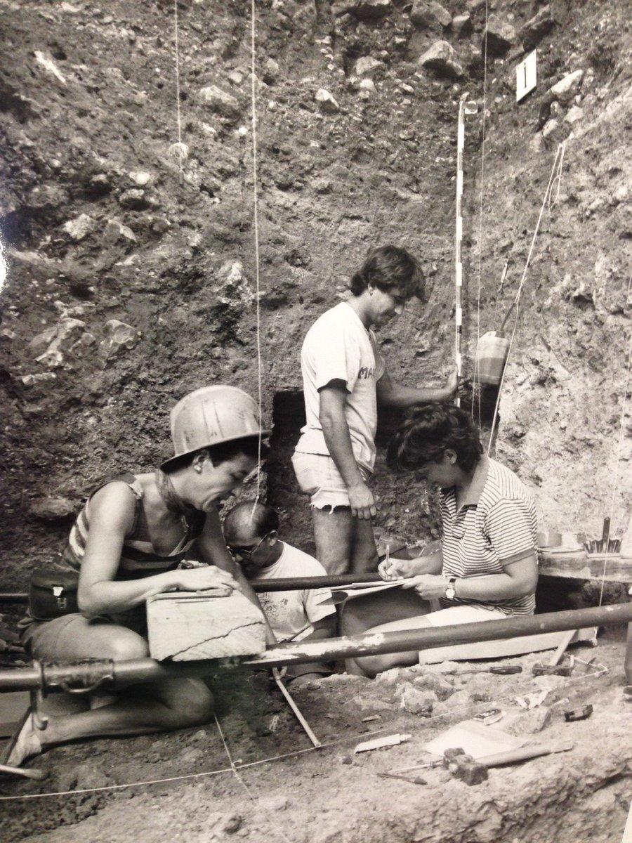 Hoy celebramos el Día Internacional de la Mujer y la Niña en la #Ciencia En #Atapuerca hemos tenido la suerte de contar con grandes arqueólogas. En esta foto de 1995 podéis ver a Aurora Martín y Marina Mosquera en Gran Dolina buscando restos de Homo antecessor #MujeresEnCiencia