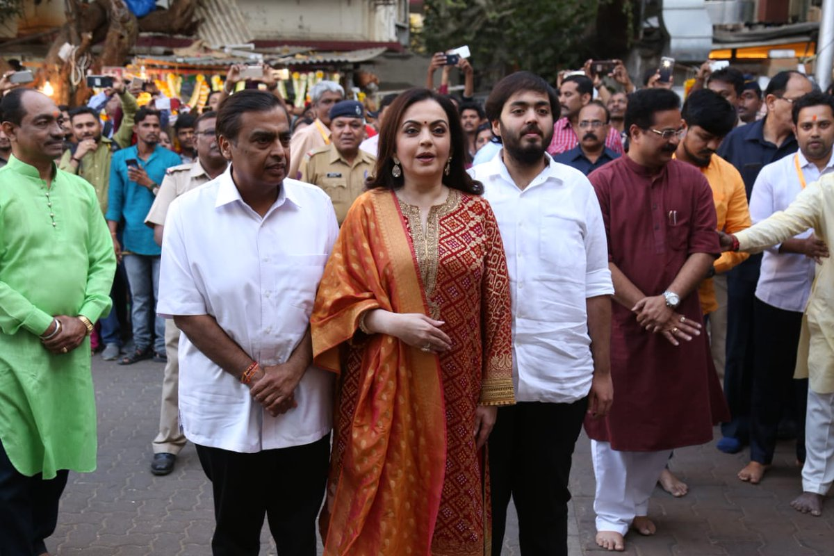 Ambani family present first invitation card of Akash Ambani's wedding to Ganesh at Siddhivinayak temple