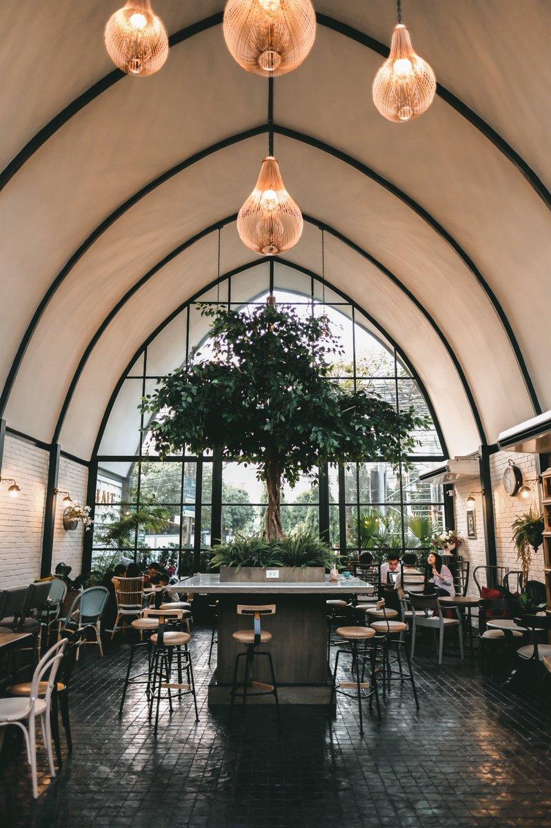 - Laff Cafe -  คาเฟ่สุดชิคสไตล์อังกฤษ เน้นโทนสีเขียวเข้มดูสบายตาตัดกับสีขาว และแสงไฟสีส้ม ประดับไปด้วยต้นไม้น้อยใหญ่ทั้งในและนอกร้าน เหมาะกับคนที่ชอบรื่นรมย์ท่ามกลางธรรมชาติ และที่สำคัญถ่ายรูปสวยมากกกกกก  📍BTS อ่อนนุช เลี้ยวเข้าซอยสุขุมวิท50 เดินประมาณ 500 เมตร