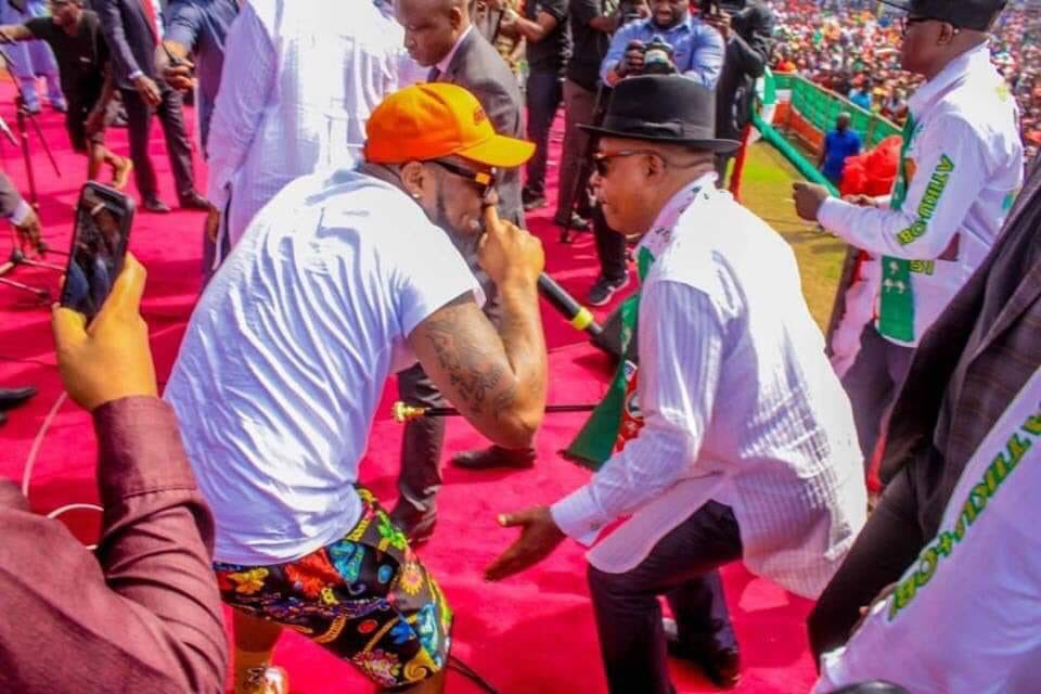 While @OfficialAPCNg chairman was busy being pelted in Ogun state by @Govsia thugs , look at the National Chairman of @OfficialPDPNig @UcheSecondus sharing his message of #DefendYourVotes and #AtikuObi2019 with @iam_Davido #AtikuInRivers #AtikuWillWin<br>http://pic.twitter.com/q5I5Fyu4SE