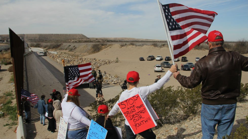 Dozens of Trump supporters form 'human wall' at southern border https://t.co/EMKIeZyCqI https://t.co/e9Yh7FSrqG