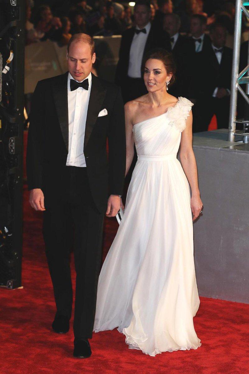 Bellissima ed elegante Kate Middleton in Alexander McQueen sul red carpet dei #Bafta2019  Cliccate qui per scoprire tutte le foto del suo arrivo:  https://t.co/mFrPYIqISk