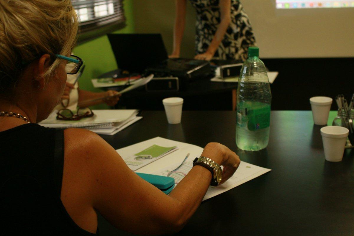 """@AgenciaADEMI acompaña a los emprendedores con Planes de Mejora. Esta #tarde se realizó el encuentro """"Planeando el #Marketing de mi negocio paso a paso"""" para dos emprendedoras que recibieron financiamiento del @FondoMisiones"""