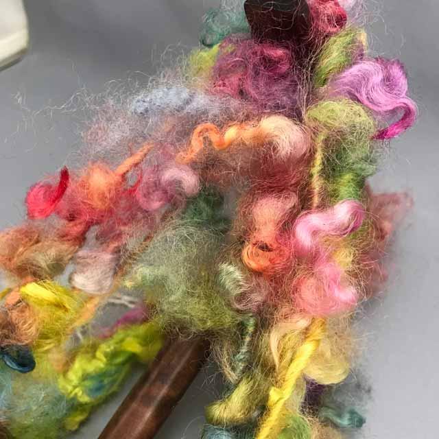 以前購入した レインボー染のフリース 紡いでみると 何となく色味が お子ちゃま かわいいって言えば言えなくもないけど・・・ フリースを二度染する手もあるかな?  #手紡ぎ #毛糸 #羊毛 #染色