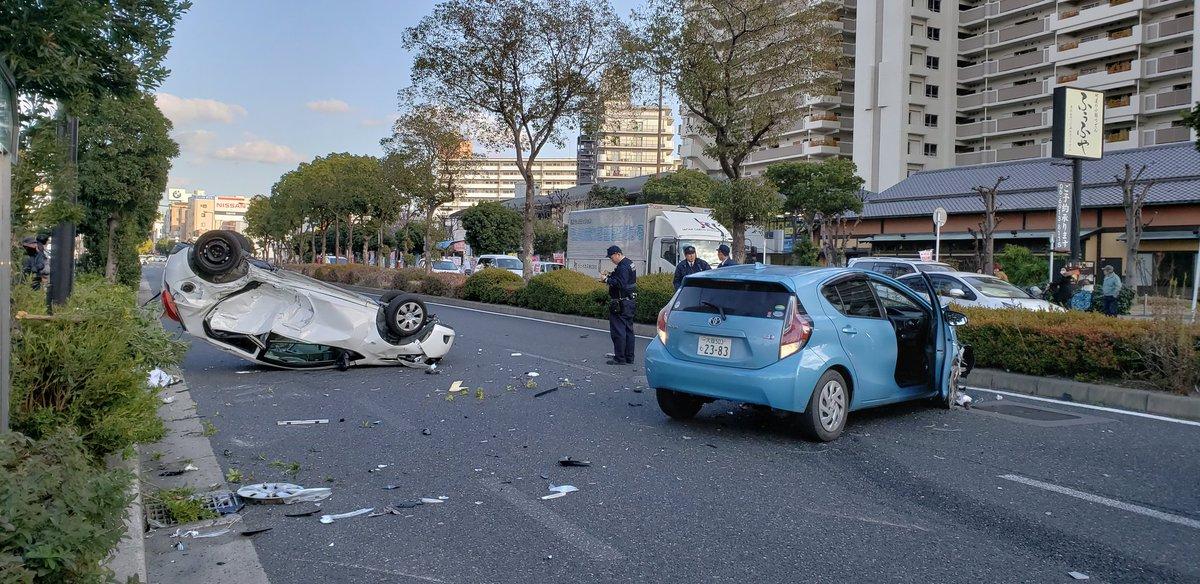 鶴見イオン前で乗用車が横転した事故の現場画像
