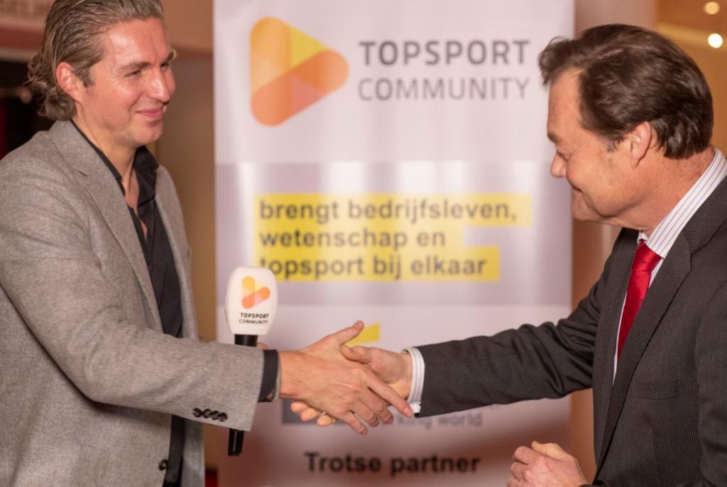 Gisteravond sprak @pvdhoogenband tijdens de theathervoorstelling 'Pieken & Falen' met onze CEO Coen Boogaart over het partnerschap tussen @EY en @TopsportCMMNTY #topsportcommunity