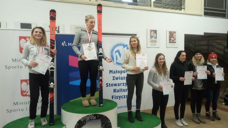 #SportnaPW Studentka PW zdobyła cztery złote medale w mistrzostwach Polski juniorów ⛷️ Gratulujemy! 👏 ➡️ http://bit.ly/SukceswMPjuniorów… fot. Facebook / XXV Ogólnopolska Olimpiada Młodzieży w sportach zimowych Małopolska 2019