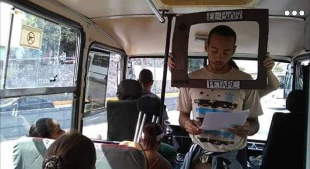 مجموعة شياب من فنزويلا ابتكروا فكرة اسموها Bus Tv.. يصعدون الى الحافلات و بإطار يعبر عن شاشة افتراضية يعرضون اخر اخبار البلد بعيدا عن اكاذيب الاعلام التابع للسلطة