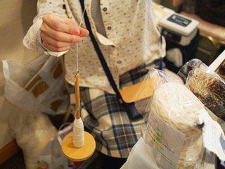 コヤナギ@crobot5 さんからイベントの画像をいただきました!作業中の自分の写真はほぼないので、貴重&ありがたや!糸を紡ぐスピンドル。気がつくと無心になってひたすら紡いでる、写経的な道具です(^^; #手紡ぎ #スピニング #羊毛