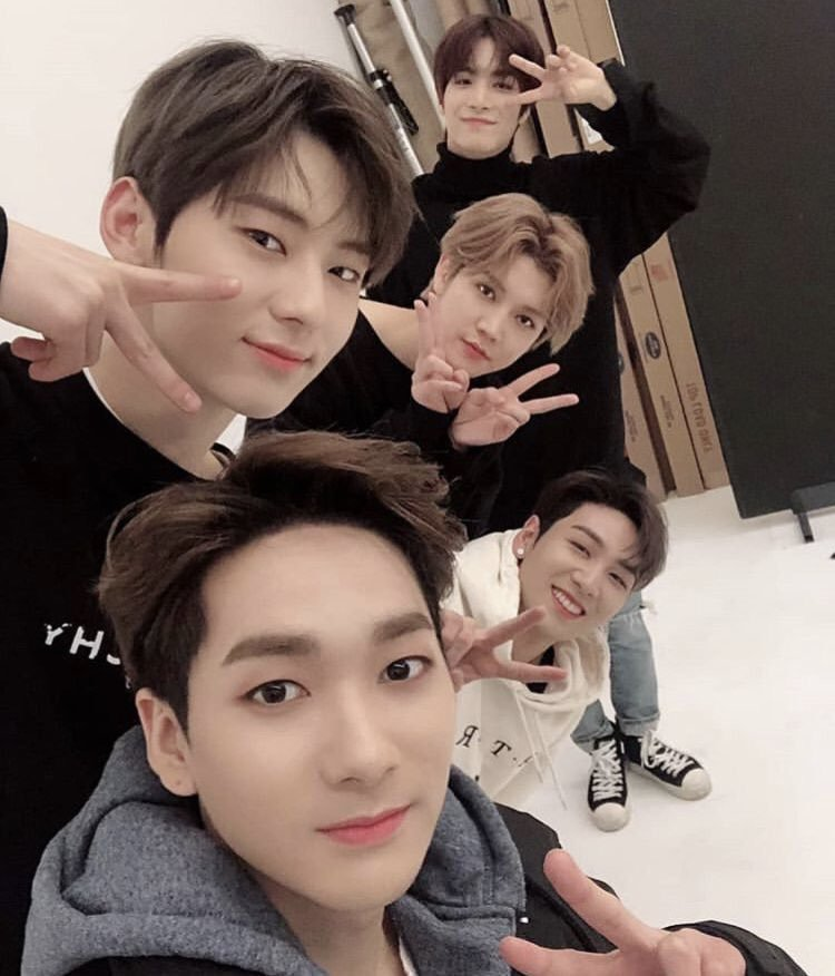 I&#39;m a wannable and tbh i don&#39;t want wanna one&#39;s contract to end bc when that thing happen, they will not be tgt alr. Guys, Minhyun will return to NU&#39;EST even tho we like it or not! Why just support him if you&#39;re really a fan and you love him? #StayStrongPledis <br>http://pic.twitter.com/LKWGBOE8kd
