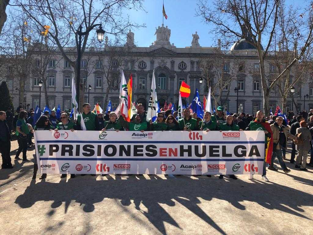 Spanish #prisons unions demonstrating in front of #TribunalSupremo. @interiorgob tried to ban this action, to silence prison staff, but the court gave us the right to be here. @EPSUnions #SOSprisiones @ACAIP1<br>http://pic.twitter.com/nnZfbSIVSP