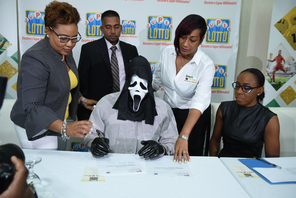 A lottery winner wore a Scream mask to collect his millions. 🤑 https://trib.al/Ko7WbtR