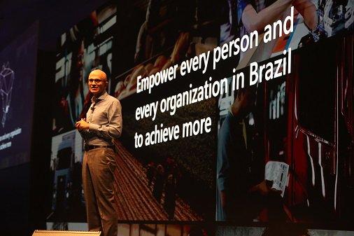 No palco do #MicrosoftAITour, @satyanadella, CEO da Microsoft, explicou como a Inteligência Artificial, #AI, tem o poder de transformar indústrias e como podemos ajudar a democratizá-la.