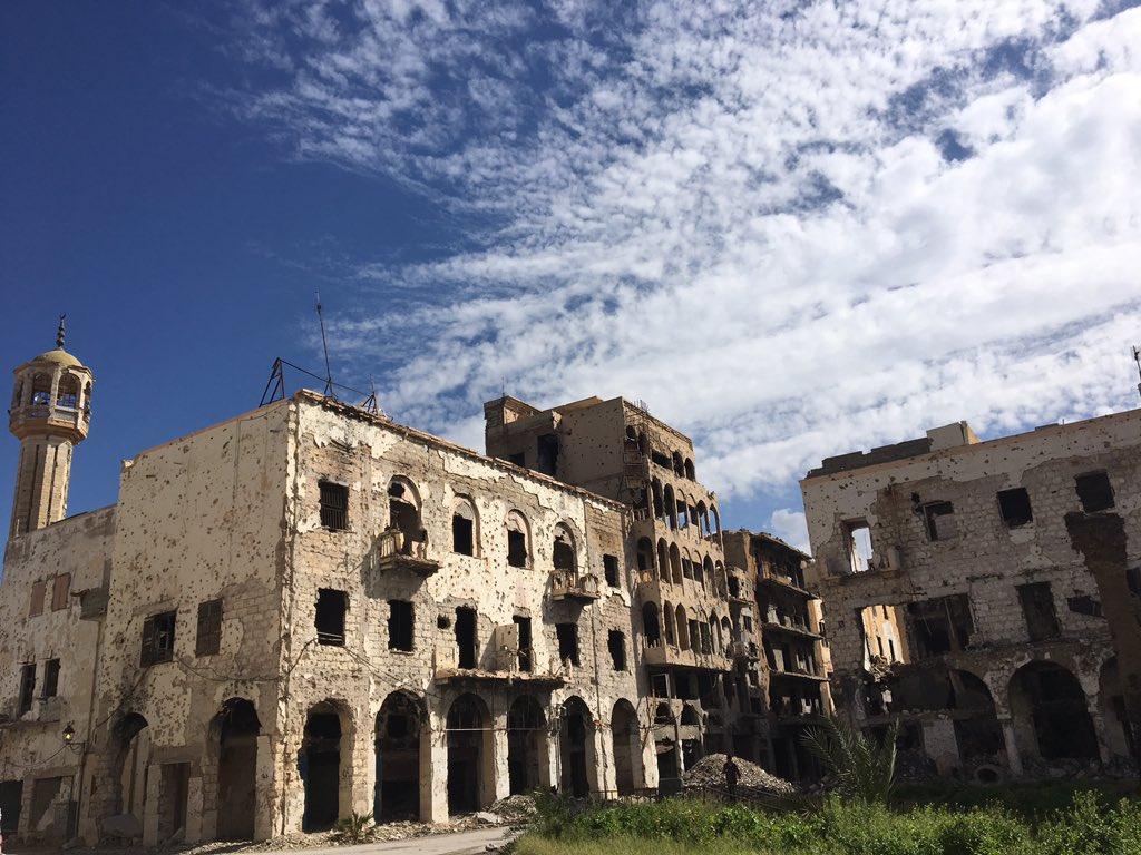 """لحروب المدن ندوبٌ لا تزول! لقد دُمر وسط مدينة #بنغازي تماما أما أهلها فيعانون من الصدمات وتشردوا في أنحاء المدن. أخبرنا @PYoussefICRC عن لقائه مع أحد سكان حي الصابري والذي قال له """"أبكي كل مرة أقابل فيها أحد جيراني القدماء يتجول مثلي هنا ويستعيد أيام الماضي السعيدة"""""""