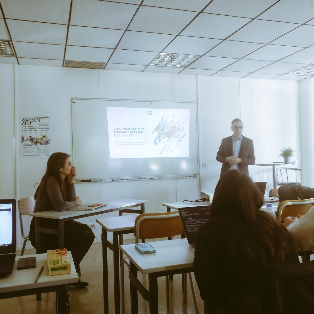 Intervention de @Chris__Sam #SocialMediaManager chez @Fiducial auprès des étudiants de @ESCEN_school #socialmedia