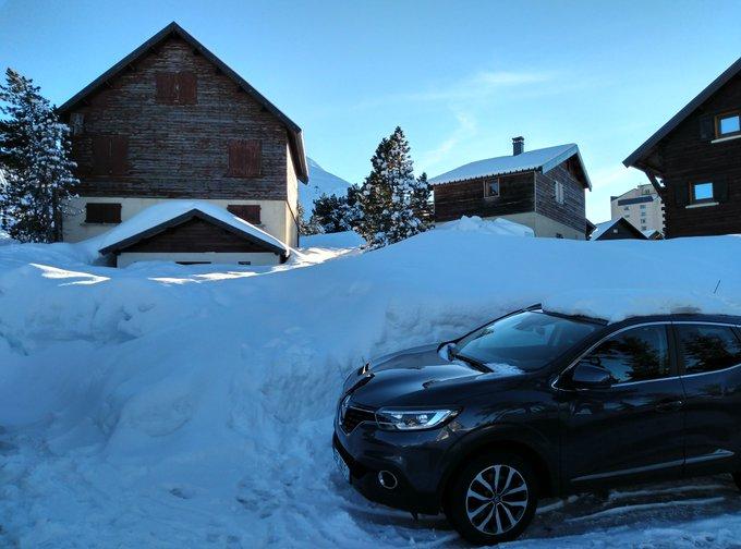Espectaculares los Chalets de Arette a 1630-1650 m. Nieve llegando a los primeros pisos. @Meteo_Pyrenees @CyNPirineos @meteodelnorte