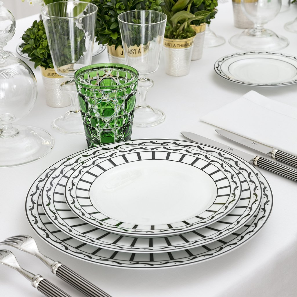 Lilies-of-the-valley – one of Christian Dior's favorite flowers - bring a sweet note to a tablesetting starring #DiorMaison's emblematic 'Noir et Blanc' porcelain collection designed by Cordelia de Castellane. More https://t.co/kUBQzYhtFI.