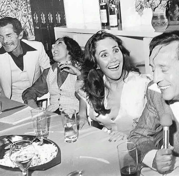 Una de mis fotos favoritas. Me quedo con la mirada sorpresiva y amorosa de Florinda. La sonrisa pura de Roberto. La alegría de Maria Antonieta. La complicidad y serenidad de Ramón. Genios, por siempre y para siempre.