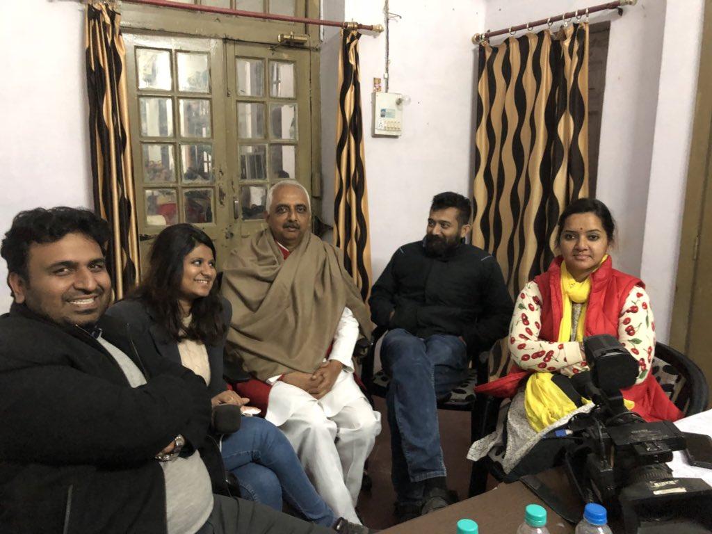 यूपी कॉंग्रेस कमेटी लखनऊ रात के 2.45  @priyankagandhi  जी संसदीय क्षेत्र के कॉंग्रेस जनों से मिल रही है  मीडिया के साथी भी अपनी ज़िम्मेदारी पर मुस्तैद @mausamii2u  @zebaism @siddharthjourno