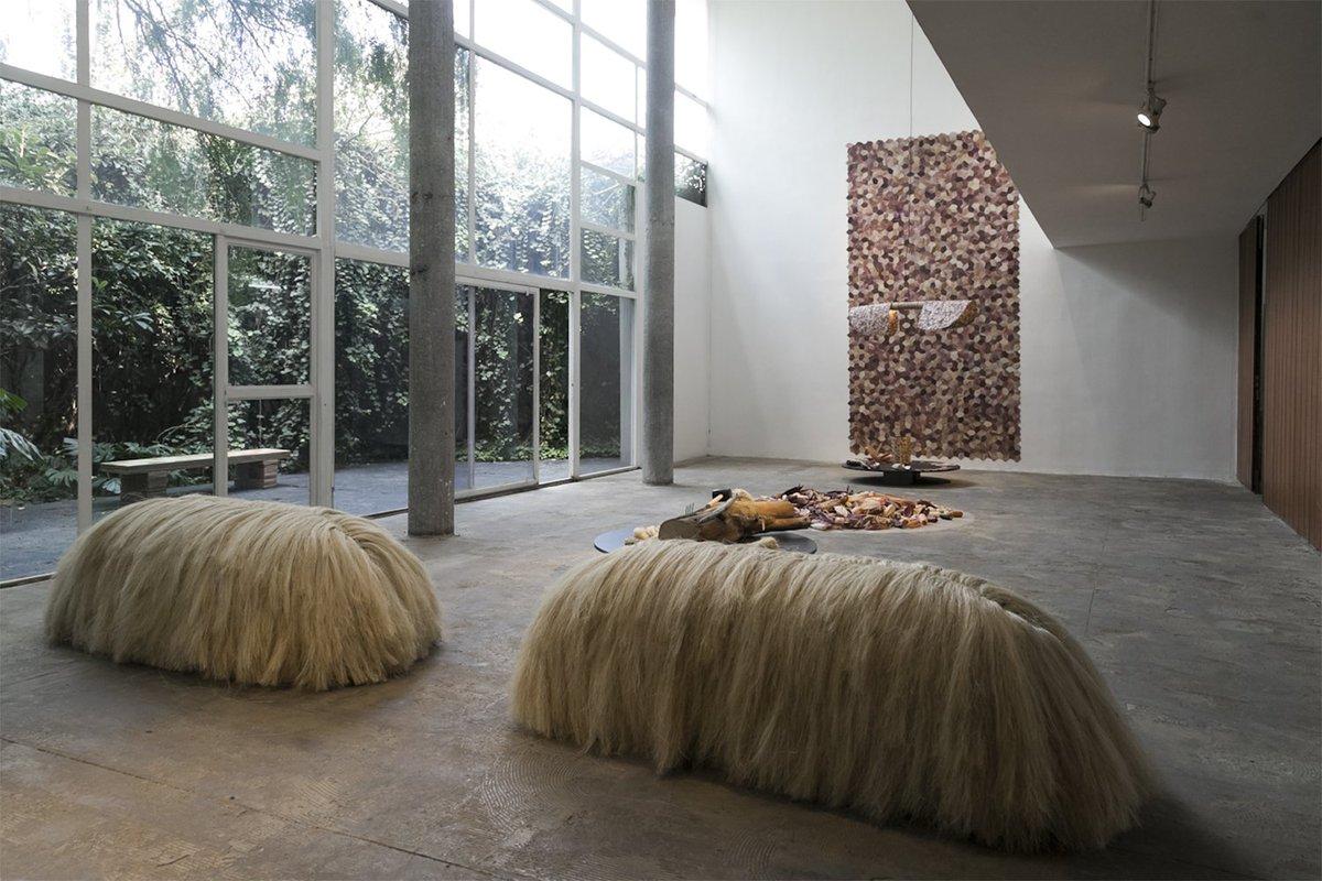 'Transmutaciones' es una muestra del diseñador @FernandoLaposse en @archivoda donde expone los procesos de trabajo con tres fibras naturales: el zacate, el henequén y la hoja de maíz. Conoce sobre su práctica más allá del resultado final.  https://t.co/wWxGU3rh30