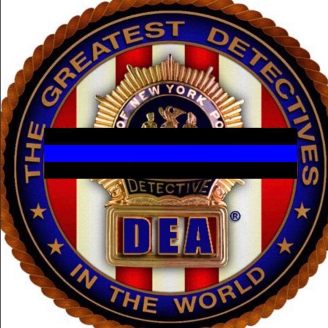 An #NYPD Detective lost his life tonight doing what he loved. We respond, without prejudice, to save lives.   Right now his family is probably on their knees, wailing to the heavens, asking why?   We are the police. We sacrifice so you can live #BlueLivesMatter #BackTheBlue 💙😢
