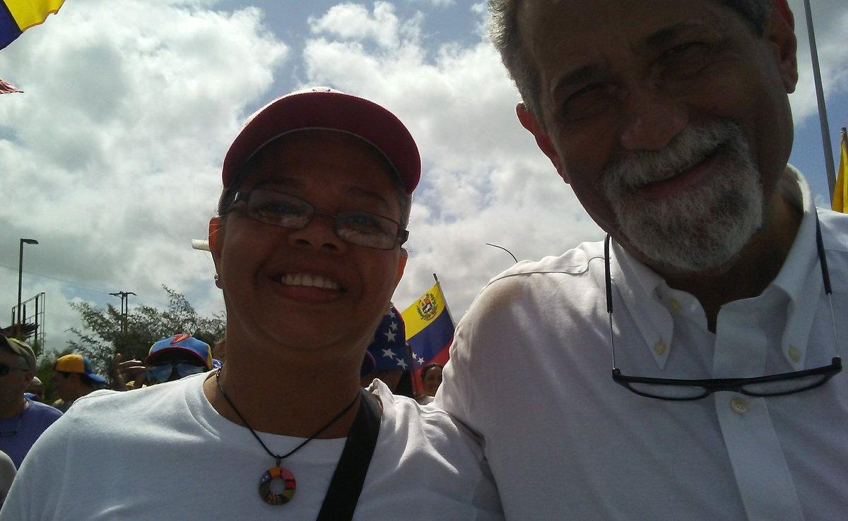 Se los digo de pana y todo, el dirigente político con más fotos solicitadas en la marcha no fue precisamente el más joven sino el más aguerrido, defensor a ultranza de nuestro estado, el dip @AmericoDeGrazia . Saqué varias y no faltó la mía ☺💪#Guayana #12Feb