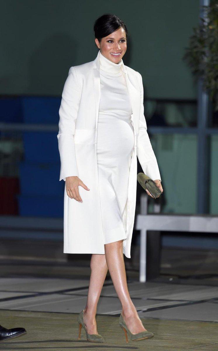 Dopo Kate ai #Bafta2019, anche Meghan sceglie il bianco. Questo outfit è firmato Calvin Klein.... Vi piace? Qui tutti i maternity look della Duchessa:  https://t.co/YX3yR7J962
