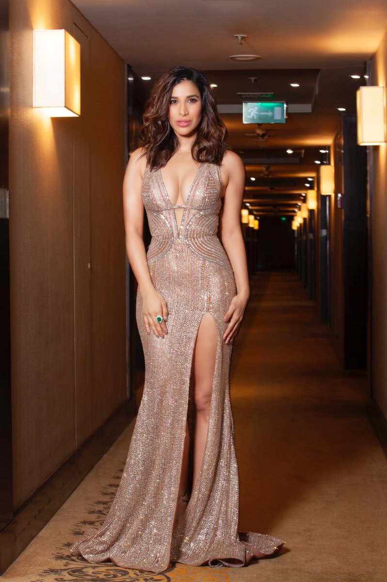 Go bling or go home Glammed it up  as I hosted the #FilmfareGlamourAndStyleAwards last night outfit Swapnil shinde, jewels @FarahKhanAli HMU arti Nayar &amp; @harryrajput64 styled by @tanimakhosla<br>http://pic.twitter.com/eZr7KAg26G