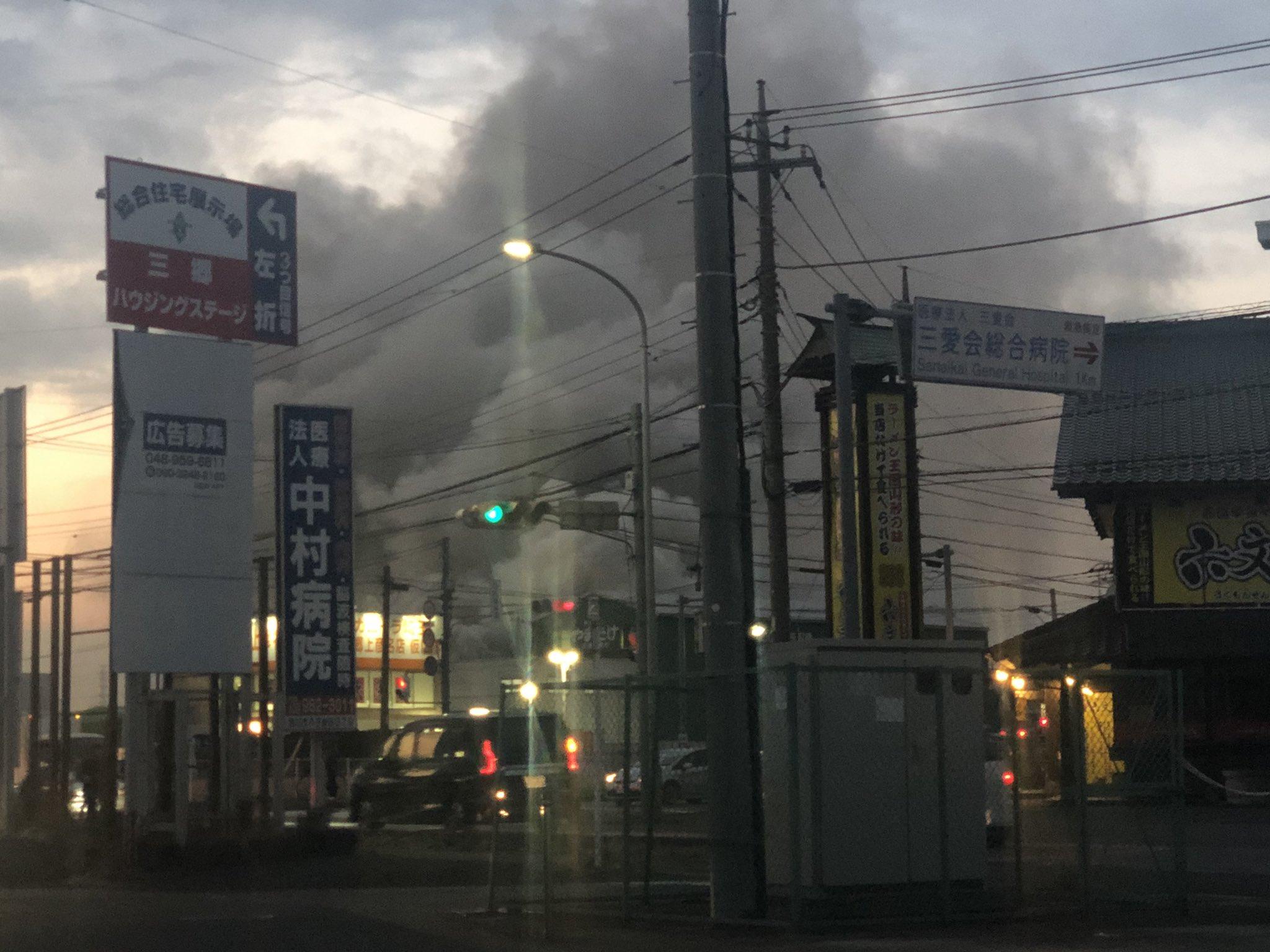 画像,火事やばくてみ道路真っ暗だし灰ふってるしなにせ臭いがやばい https://t.co/qURb3G6nKb。