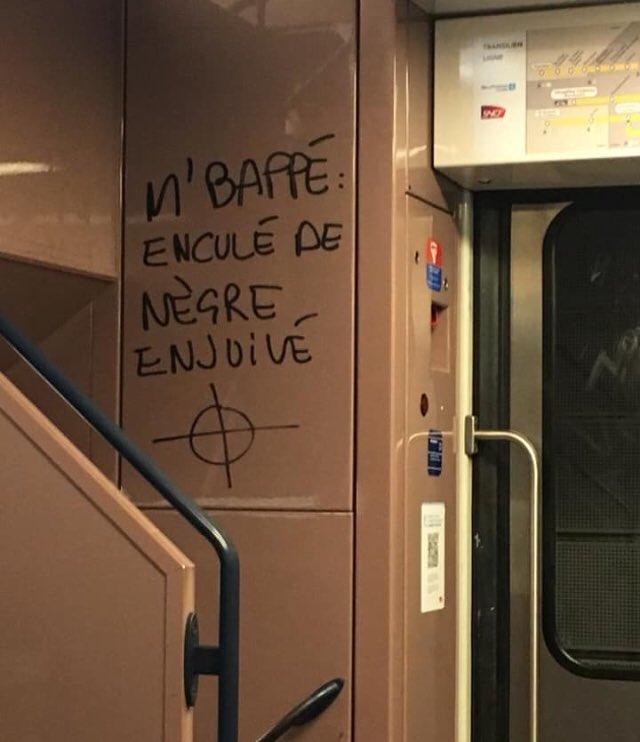 Kylian Mbappé cible d'un tag injurieux, homophobe, raciste et antisémite dans un train du RER C dans homophobie DzRkvY-WsAAw3fj