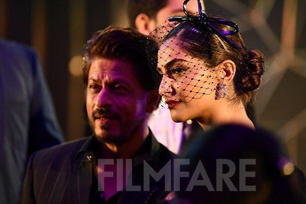Shah Rukh Khan , @deepikapadukone , @sonamakapoor, @sonakshisinha slaying at #filmfareglamourandstyleawards last night! <br>http://pic.twitter.com/wGFWMjrx8K