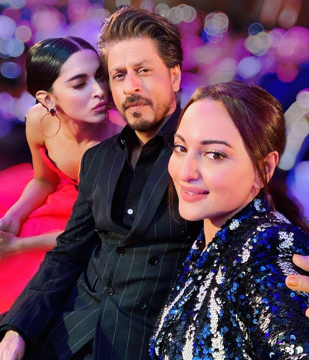 #KingKhan #ShahRukhKhan with #deepikapadukone &amp; #sonakshisinha At #filmfare #FilmfareAwards #FilmfareGlamourAndStyleAwards #GlamourAndStyleAwards<br>http://pic.twitter.com/pEGNFKzSlo