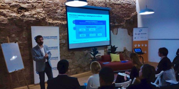 @esteban_lauzan nos explica que es la #InteligenciaArtificial junto a @googlecloud y @LachambreE...
