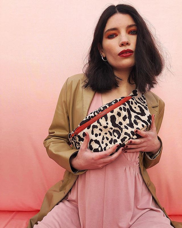 H💗💗DMORNING!! This year I'm so into matching 😻. So here is a cute cheetah Boobbag to match our Churro! Or not!! Proportions are important 💁🏽♀️ so here you can se you can fit everything in it!! There's even an iphone friendly pocket inside 👀🧠💖! Comin… http://bit.ly/2THtALk