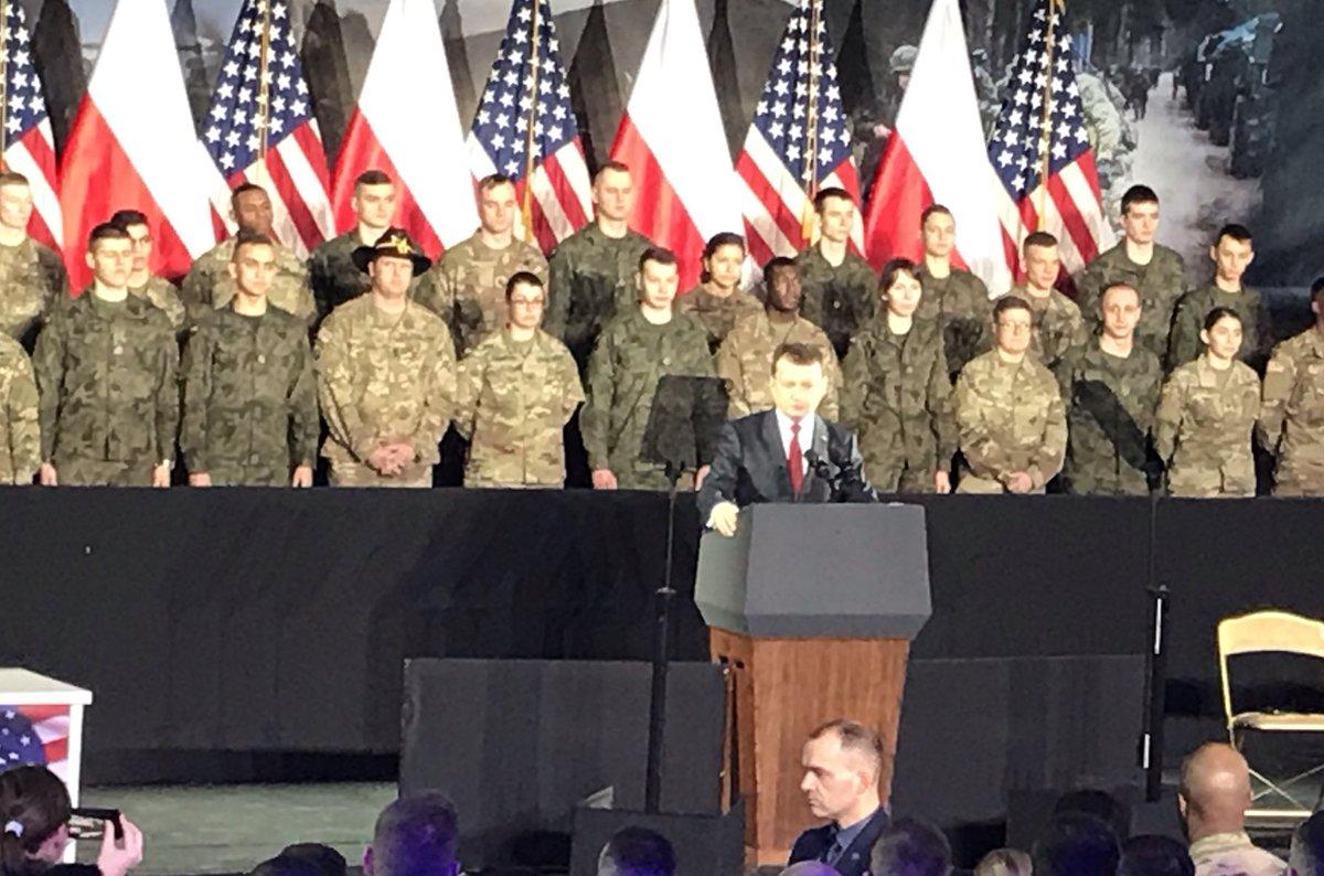 W @1BLTr_Warszawa rozpoczęło się uroczyste polsko 🇵🇱 – amerykańskie 🇺🇸 spotkanie, podczas którego minister @mblaszczak, w obecności prezydenta @AndrzejDuda i wiceprezydenta #USA @mike_pence, potwierdzi zawarcie umowy na dostawę dla #SZRP wyrzutni rakietowych #HIMARS.