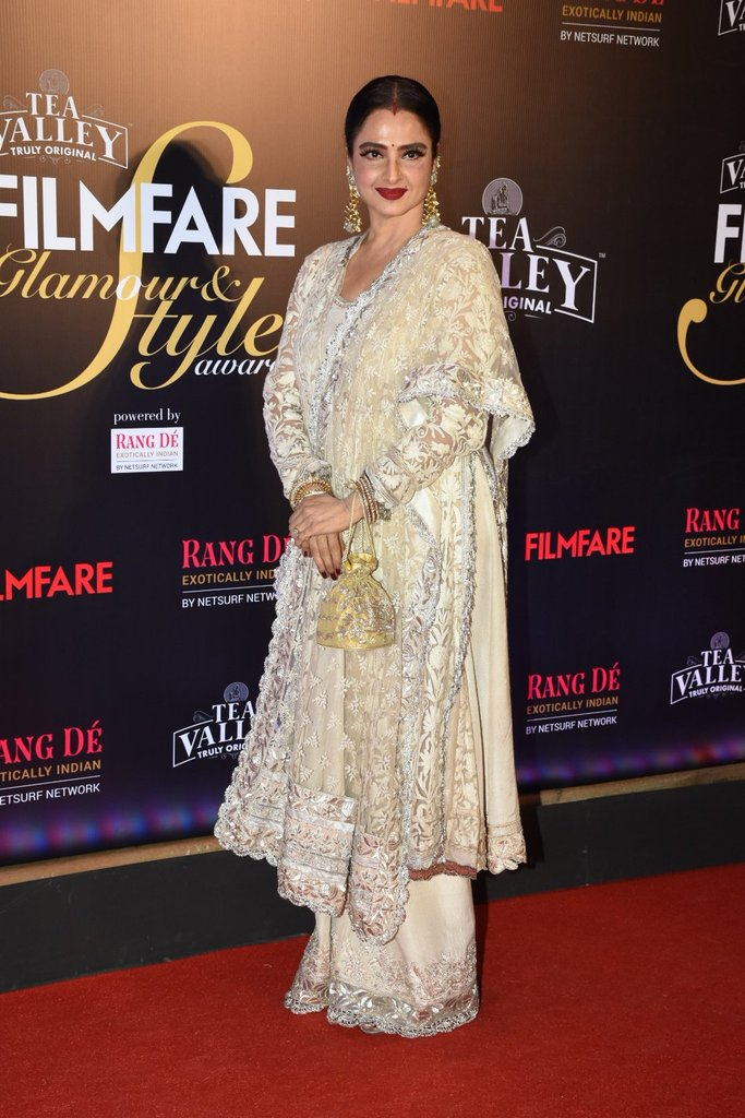 Old is always Gold proving #Rekha ji at #FilmfareGlamourAndStyleAwards <br>http://pic.twitter.com/YYglfkndGF
