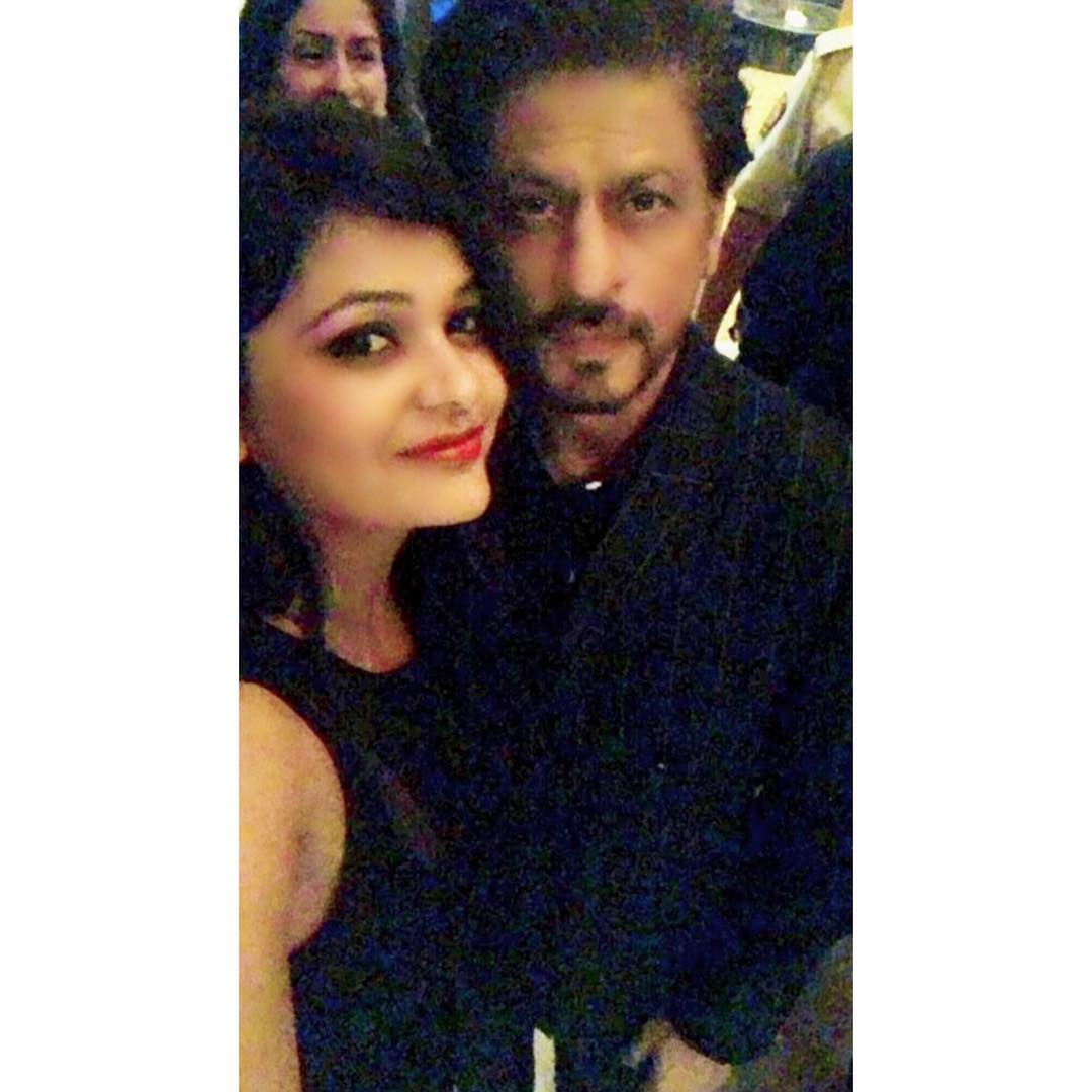 New : KING KHAN @iamsrk Clicked Selfie With Lucky Fan At #FilmfareGlamourAndStyleAwards <br>http://pic.twitter.com/fe93THJDRk