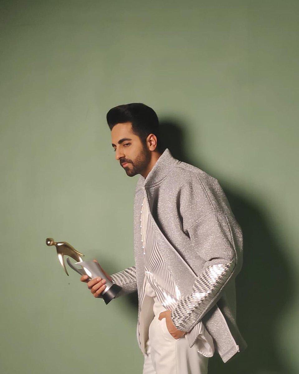 Thanks @filmfare for the Clutter Breaker of the year award. #filmfareglamourandstyleawards #Filmfare<br>http://pic.twitter.com/FEyvvDamTH