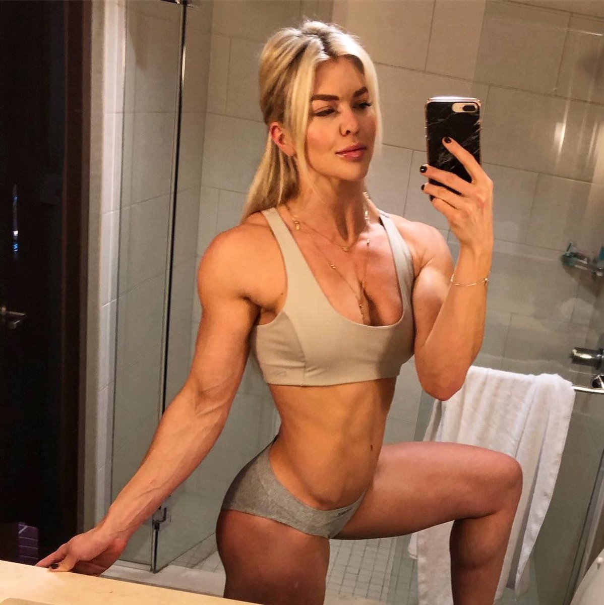 """Advice from @brookeence: """"For me... I could be eating fairly clean and working out but if I'm not hitting HIIT workouts and getting some higher Intensity cardio in, I tend to be less lean. Having food delivered every Friday from @trifectasystem helps too. """"  #fitness #iifym #diet"""