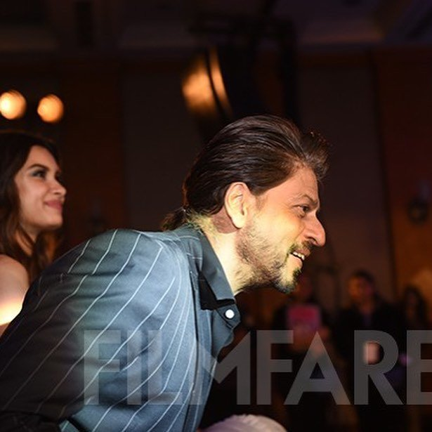 Some more pictures of the Baadshah at #filmfareglamourandstyleawards  <br>http://pic.twitter.com/ccmsZCKLFL