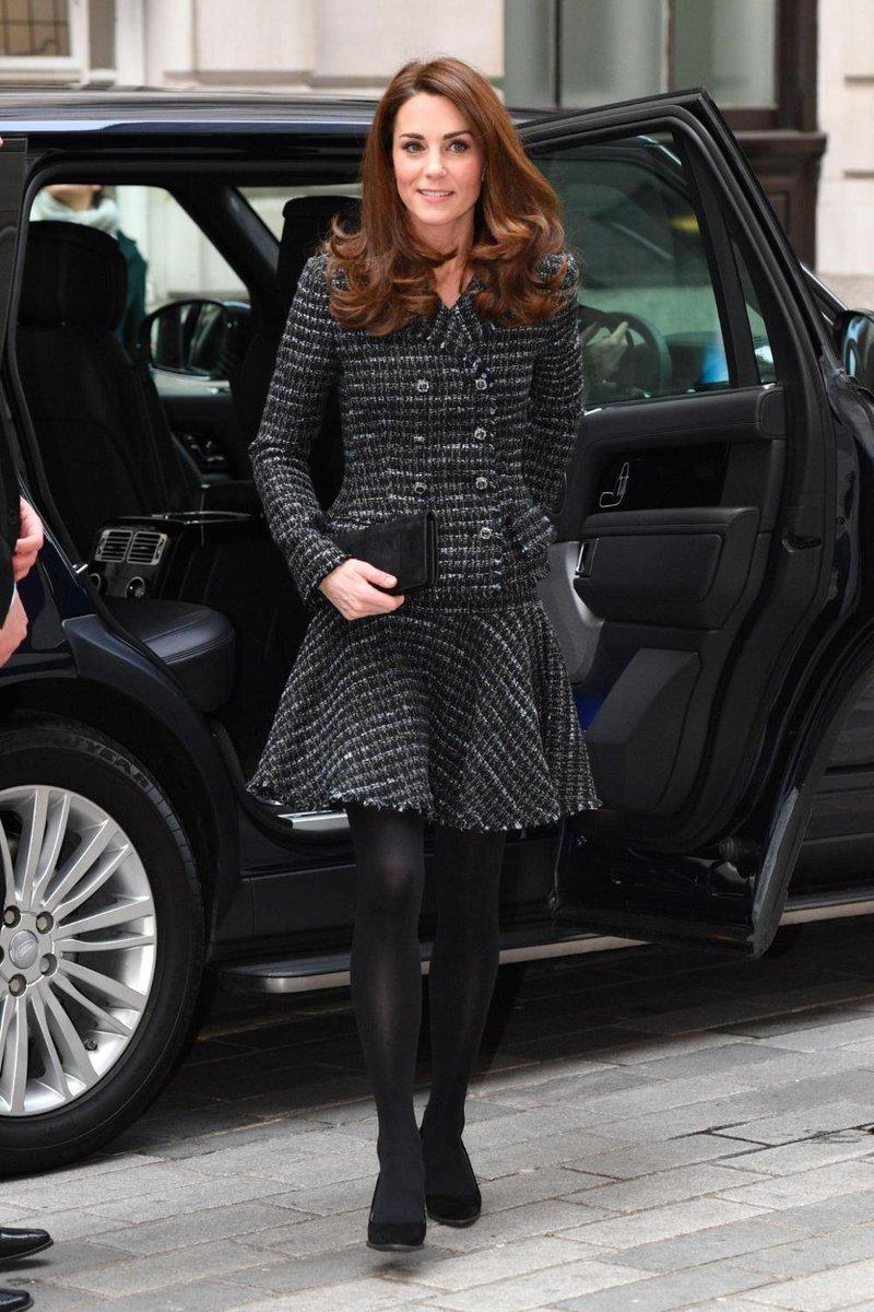 Un nuovo completo femminile e bon ton per Kate Middleton... Vi piace? Scoprite qui gli outfit più belli della Duchessa di Cambridge:  https://t.co/2Hy52ejzWQ