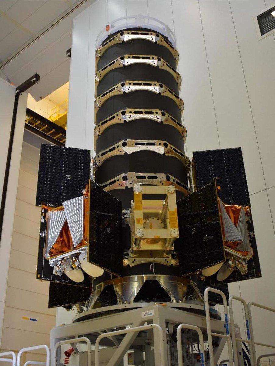вот так выглядит диспенсер и так на нём укладывают спутники