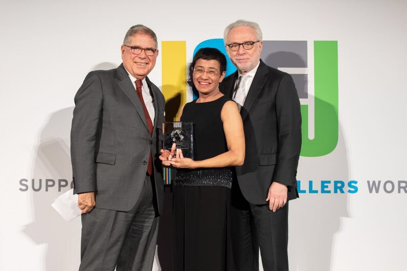 "Alberto Ibargüen & I presented  @rapplerdotcom CEO @mariaressa w/ the 2018 Knight International Journalism Award at  @ICFJ in DC. Philippine authorities have just arrested her in Manila. She's a former @CNN correspondent. @pressfreedom calls this a ""campaign of intimidation."""