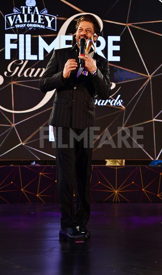 More Pics: When King Khan @iamsrk received the Most Glamorous Star (Male) at #FilmfareGlamourAndStyleAwards last night. <br>http://pic.twitter.com/yHfVns8gO6