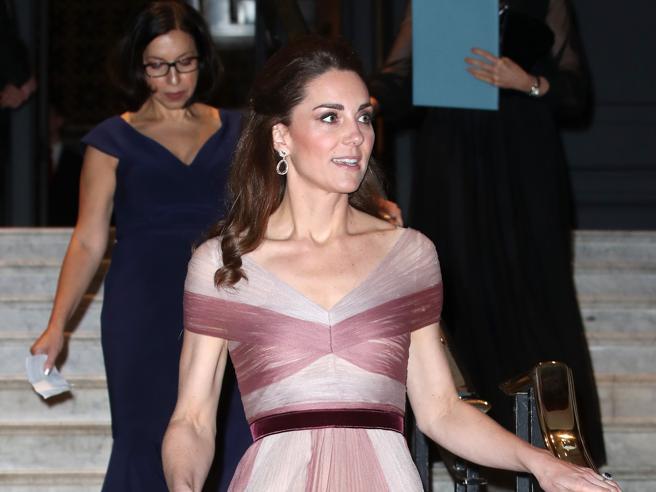 Kate Middleton in rosa (romantico) al gala di beneficenza  https://t.co/tt4YoSniDl