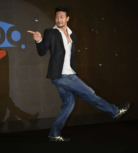 Are you an asli bollywood fan? #ShemarooMe app is launching just for you! Stay tuned to @ShemarooMe for more LIVE updates of the launch! @iTIGERSHROFF #TigerShroff #BollywoodKeAsliFans   @TeamTIGERSHROFF @AyeshaShroff @bindasbhidu