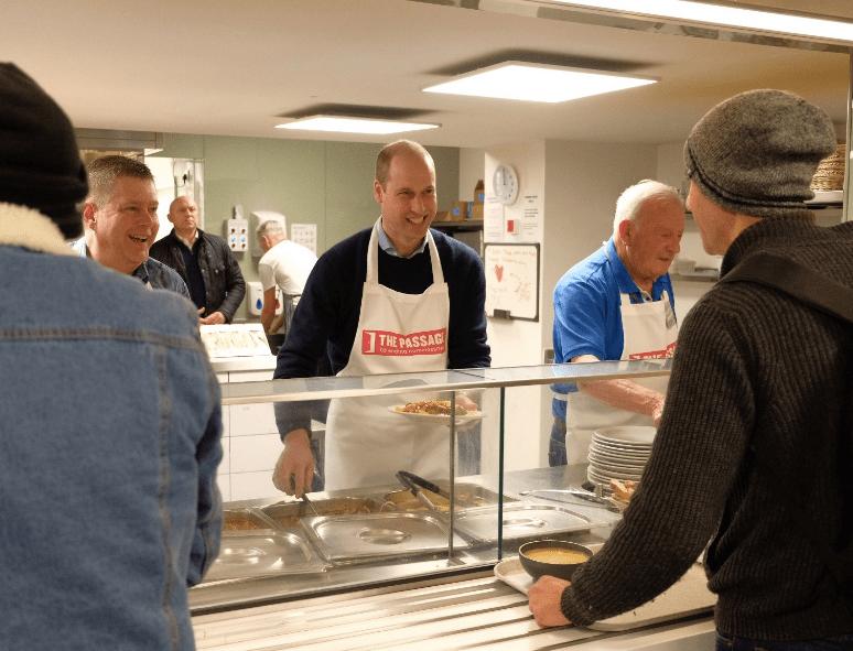 Принц Уильям помог готовить обед для бездомных