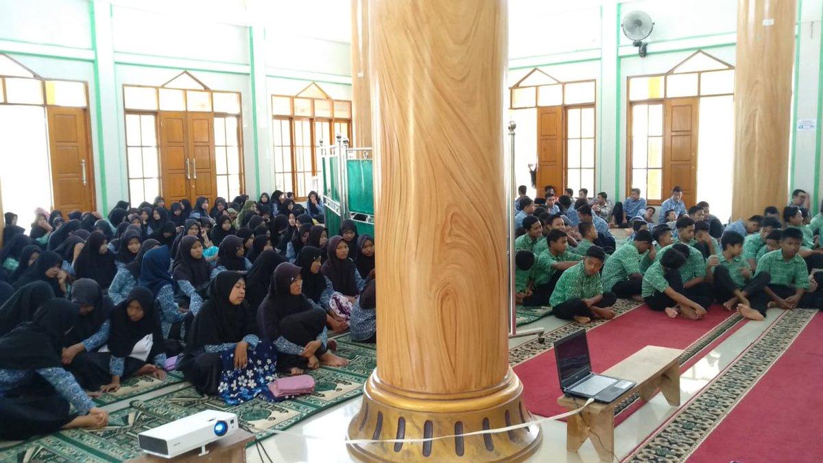 Mimin lg Ngejelasin ke adek2 pelajar  ttg buruknya V'Day #RemajaMuslimTolakValentine