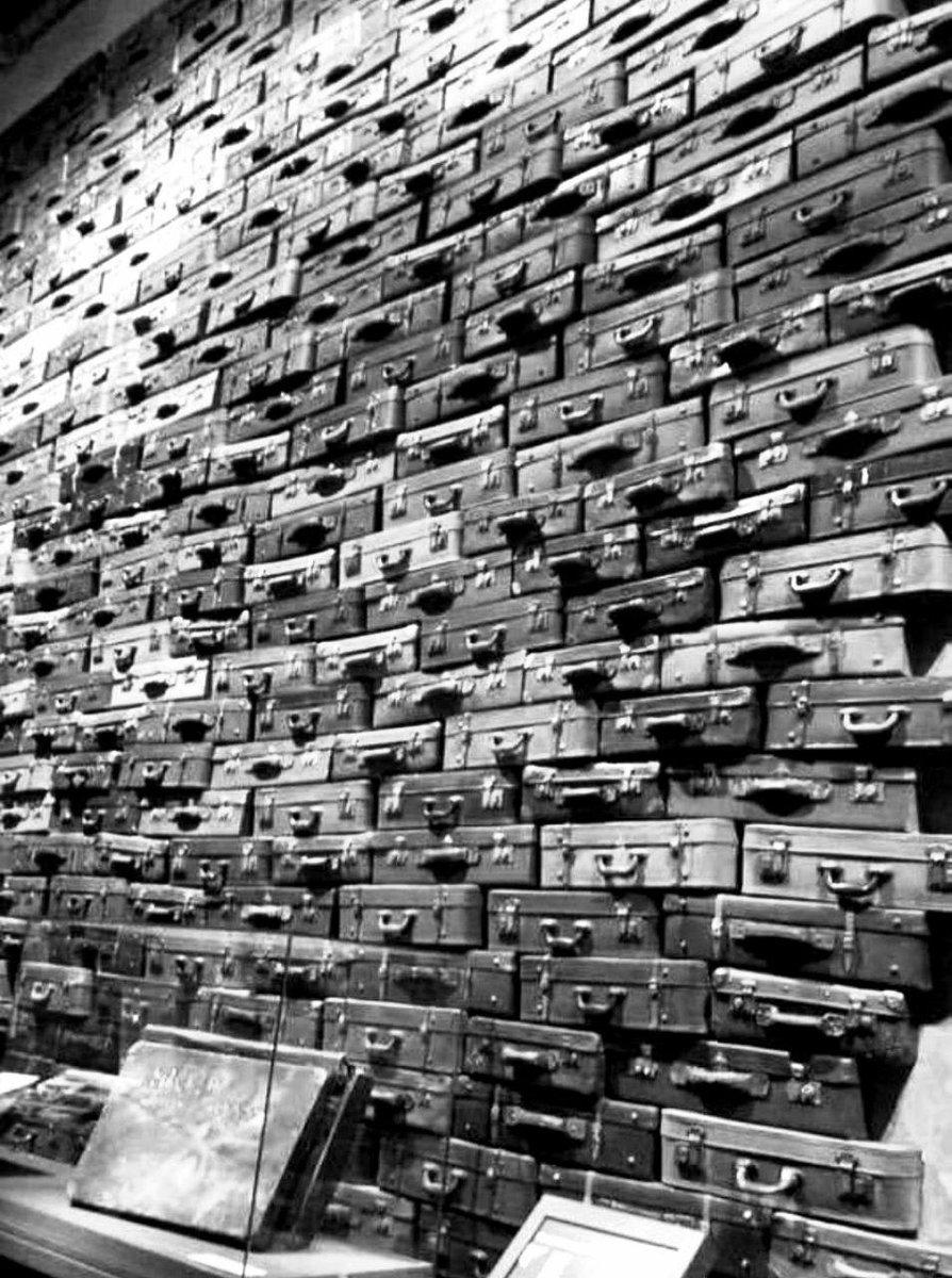 Чемоданы людей, отправленных в Освенцим, Польша, 1969 год.